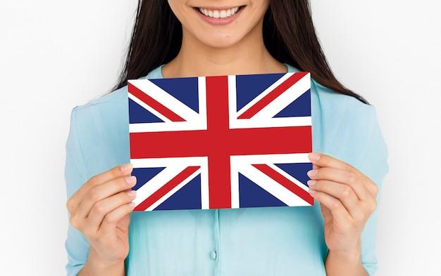 Le mani della donna tengono il patriottismo della bandiera del regno unito dell'inghilterra