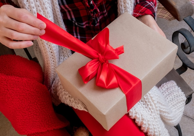 女性の手はギフトの休日新年の箱の配達を保持します