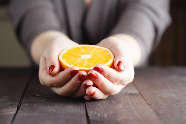 여자 손 잡고 반 오렌지