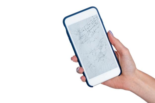 Женщина в руках держит смартфон с треснувшим экраном, изолированным на белом