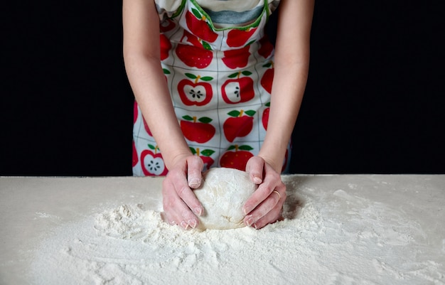 여자 손 식탁에 흰 밀가루 반죽을 반죽