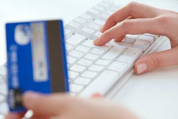 女の手、ラップトップ、クレジットカード、ショッピングオンライン決済