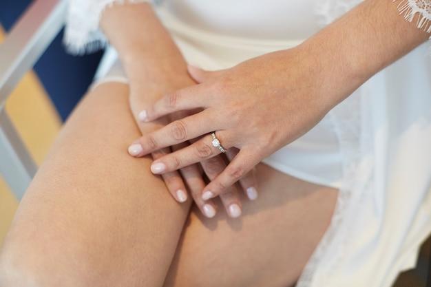 Женщина руки на коленях