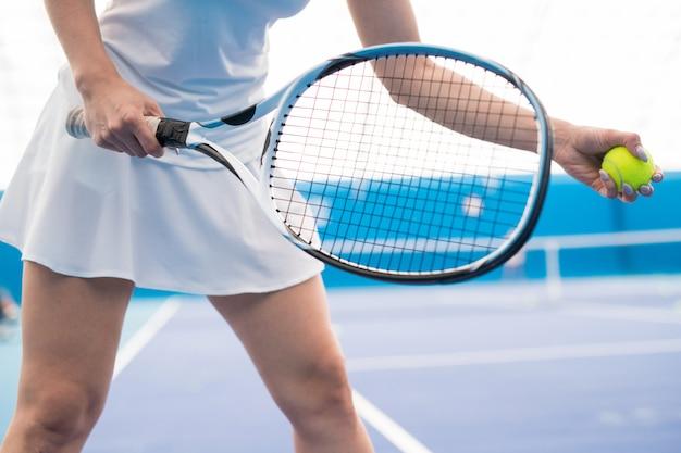 テニスをしている女性の手