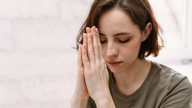 神に祈る女性の手。
