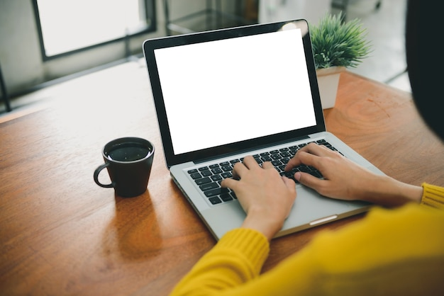 여자 손 템플릿 배경까지 조롱 빈 화면 노트북 컴퓨터를 입력