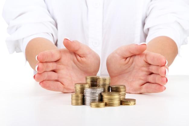 コインで女性の手、クローズアップ