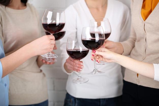 ワインのクローズアップのグラスと女性の手