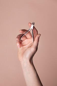 ネイルケア製品と女性の手