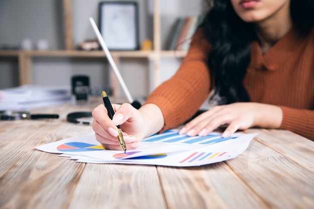 Женщина руки работает и держит бизнес-информацию о графике