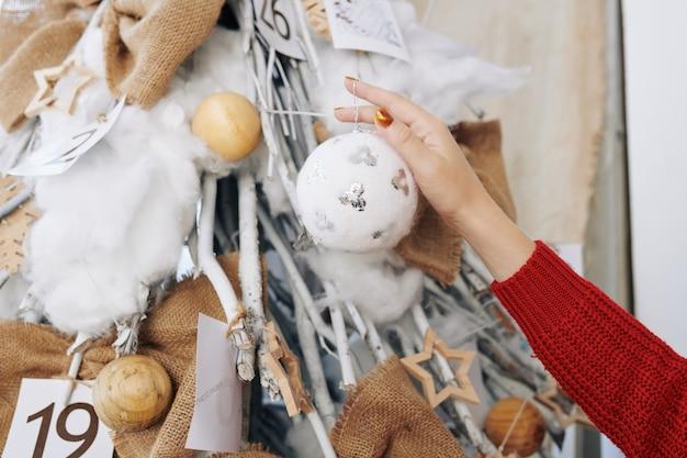 クリスマストレにふわふわ安物の宝石をぶら下げの女性