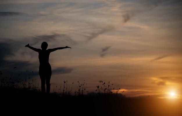 日没で幸せな女性。