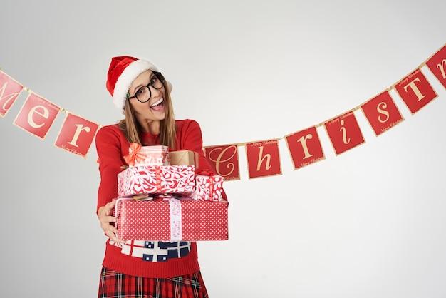 いくつかのクリスマスプレゼントを喜んで与える女性