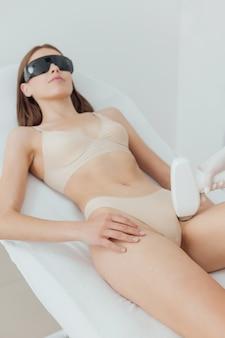 Женщине сделали лазерную эпиляцию и косметологическую процедуру.