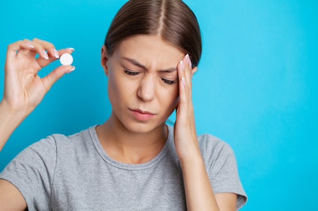 女性の喉の痛みと治療のための丸薬