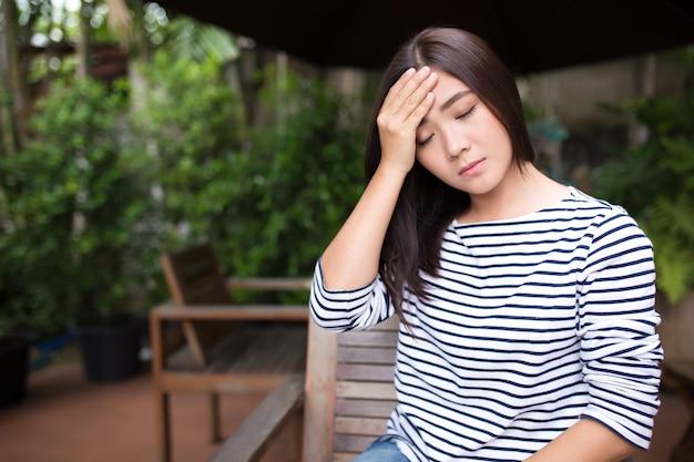 女性はコーヒーショップで頭が痛い