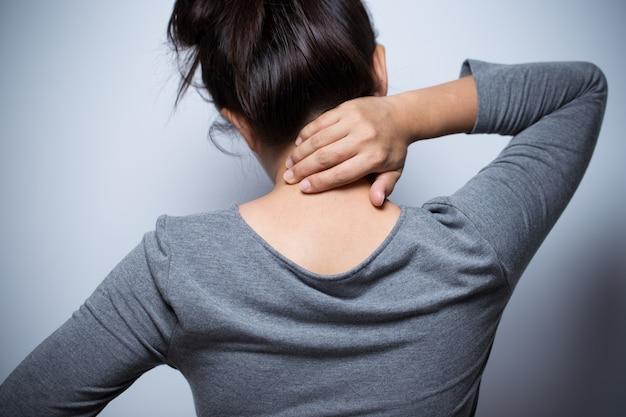 女性の首の痛み