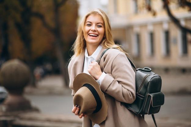 Donna in cappello con borsa in viaggio