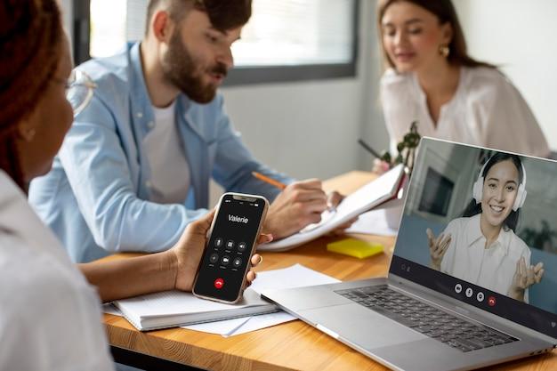 スマートフォンでビジネスコールをしている女性