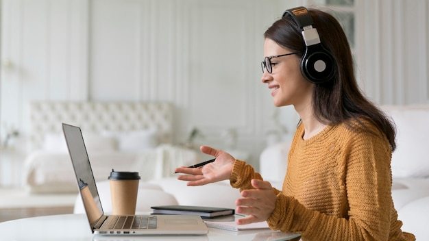 Женщина, имеющая деловую встречу онлайн