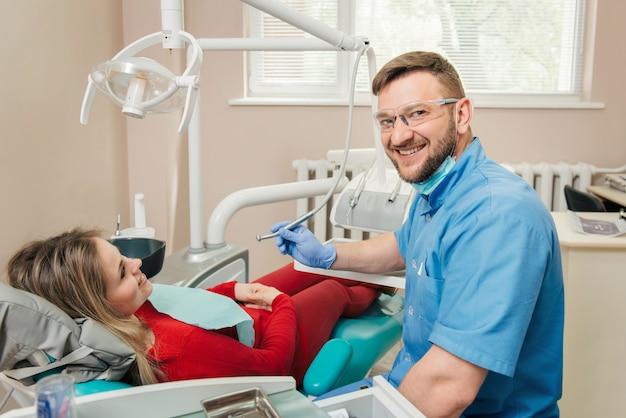 Женщина, имеющая обследование у стоматолога