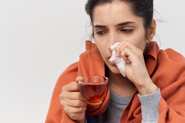 在宅医療の問題でお茶の治療で風邪をひいている女性