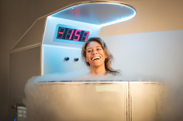 寒冷療法セッションを持つ女性