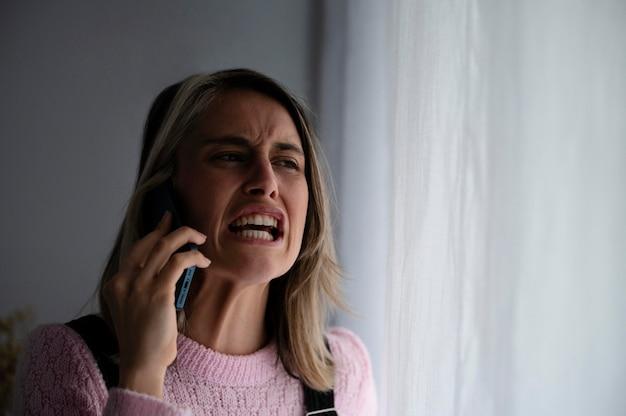 Женщина ссорится с мужем по телефону