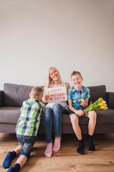 母の日に子供たちと楽しい時間を持つ女性