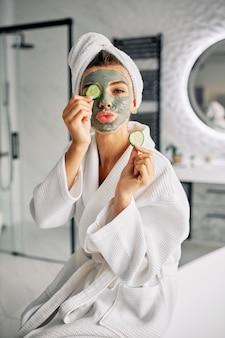 彼女の顔に自然なマスクを持っている女性