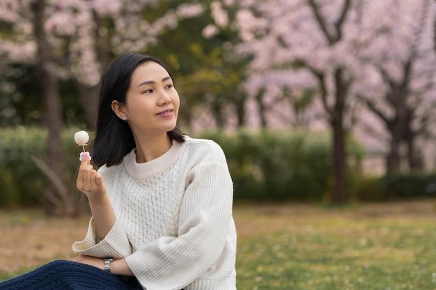 屋外でピクニックをしている女性
