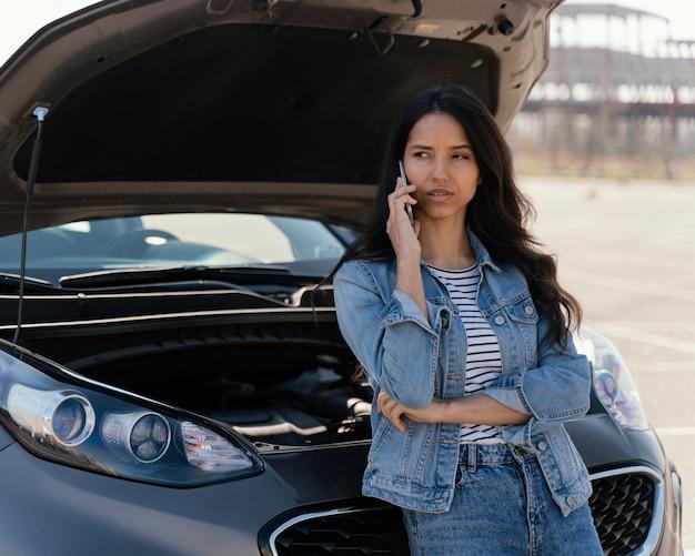 車に問題がある女性