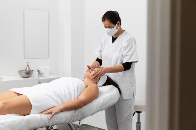 여자는 미용실에서 치료를 받고