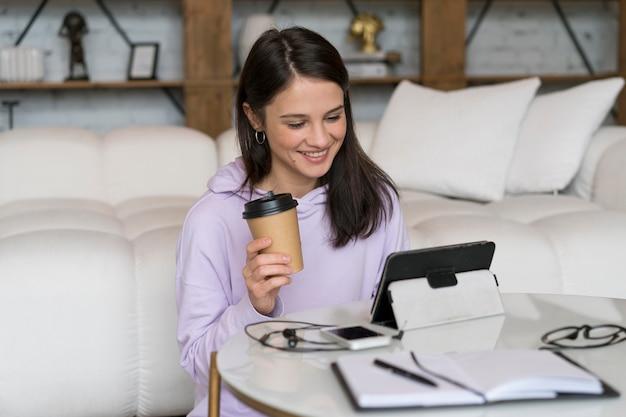 Женщина, имеющая видеозвонок дома