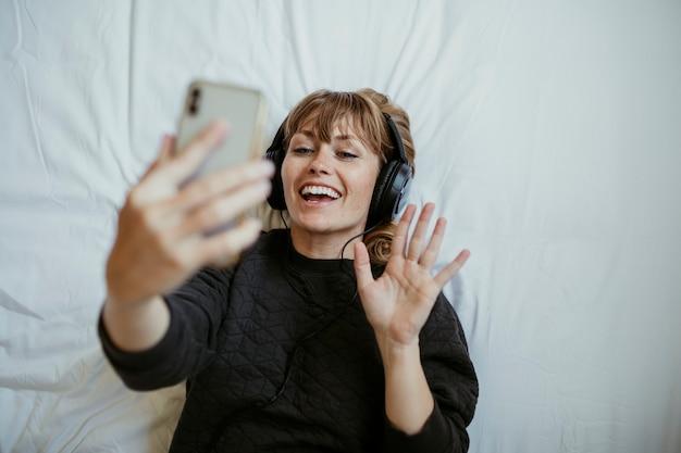코로나바이러스 격리 기간 동안 화상 통화를 하는 여성