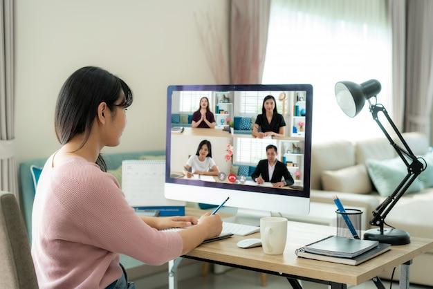 ビデオ通話会議を持つ女性