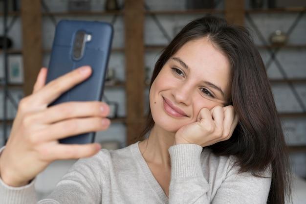 그녀의 전화에 화상 통화를하는 여자