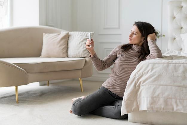Женщина, имеющая видеозвонок по телефону