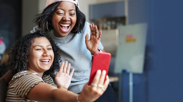 ビデオ通話の壁紙を持っている女性