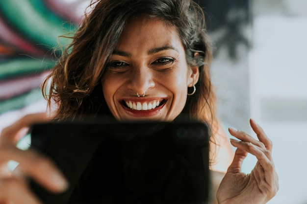 Женщина, имеющая видео звонок