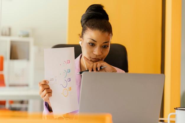 仕事のためにビデオ通話をしている女性