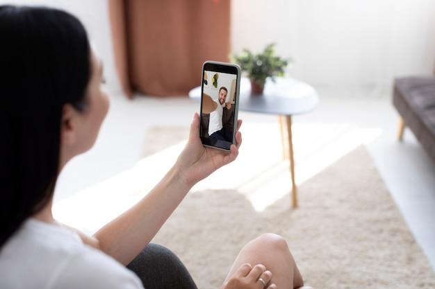 가족과 화상 통화를 하는 여성