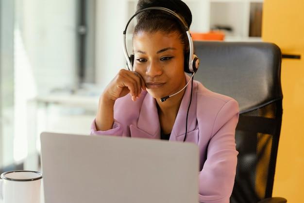 작업에 대 한 온라인 회의하는 여자