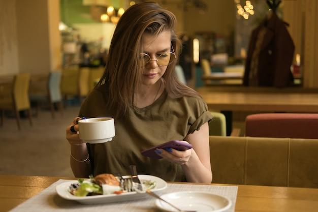 Женщина, завтракающая в кафе