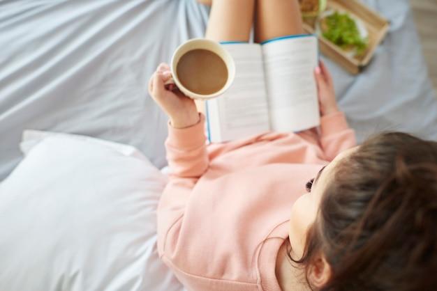 Женщина завтракает в постели