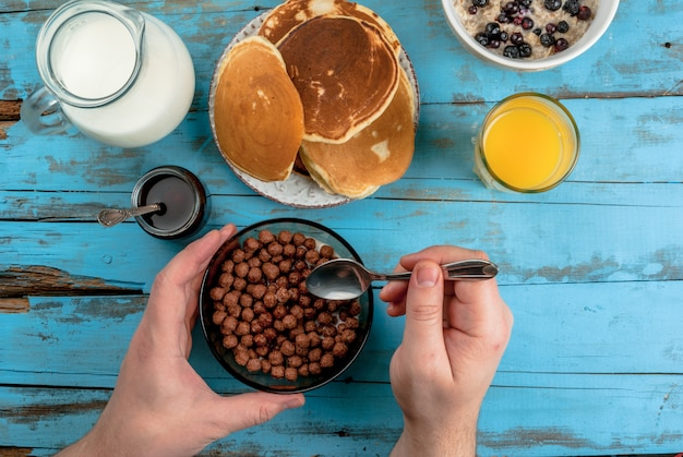 Женщина завтракает с шоколадными шариками