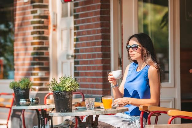 여자 야외 식당에서 아침 식사