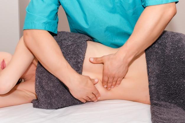 척추 교정 지압 요법 조정하는 여자.