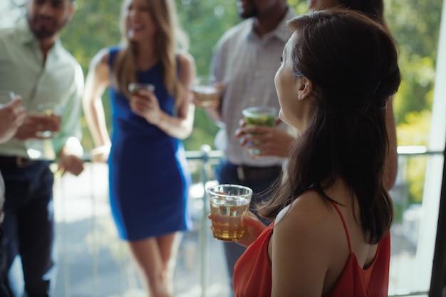 友達とカクテルを飲む女性