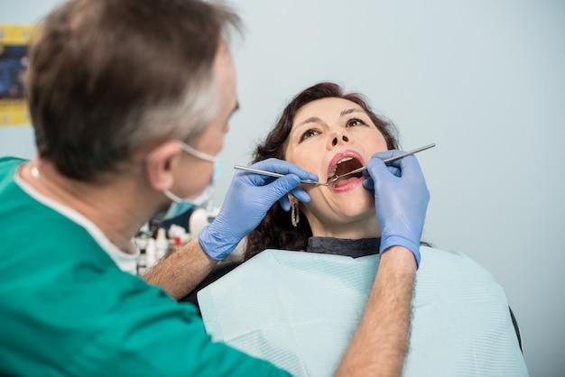 歯科医院で歯科検診を受けている女性